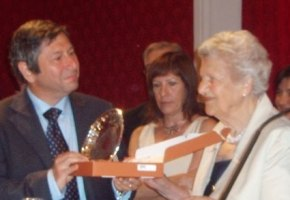 la-contessa-leopardi-premia-trapanese-vincitore-premio-lettori
