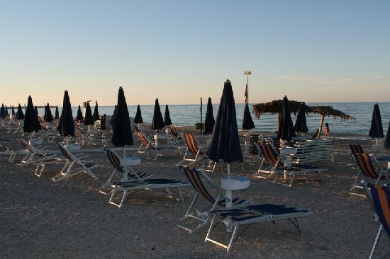 lettini-e-sdraio-in-spiaggia