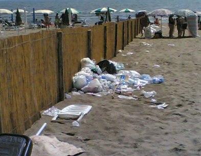 rifiuti_in_spiaggia