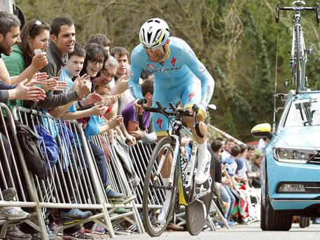 epa04700360 Italian cyclist Michele Scarponi of Astana team in action during the sixth and last stage of the Vuelta Pais Vasco cycling race in San Sebastian, Basque Country northern Spain, 11 April 2015. EPA/Javier Etxezarreta