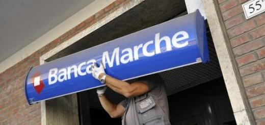 Banche: si smonta l'insegna Banca Marche in una filiale di Ancona