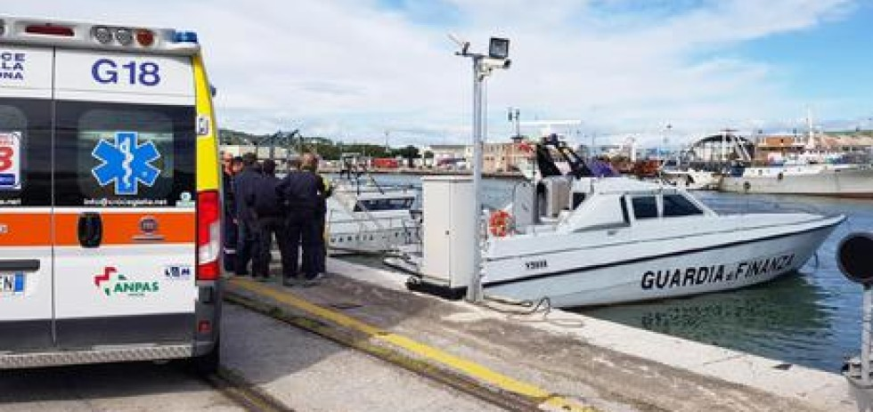 """Soccorso in mare della vedetta """"V.5018"""" della Stazione Navale di Ancona Guardia di Finanza"""