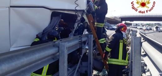 Tir si schianta su ammortizzatore guard-rail A14, tre feriti