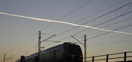 Trasporti: ferrovie, treno regionale in transito al tramonto