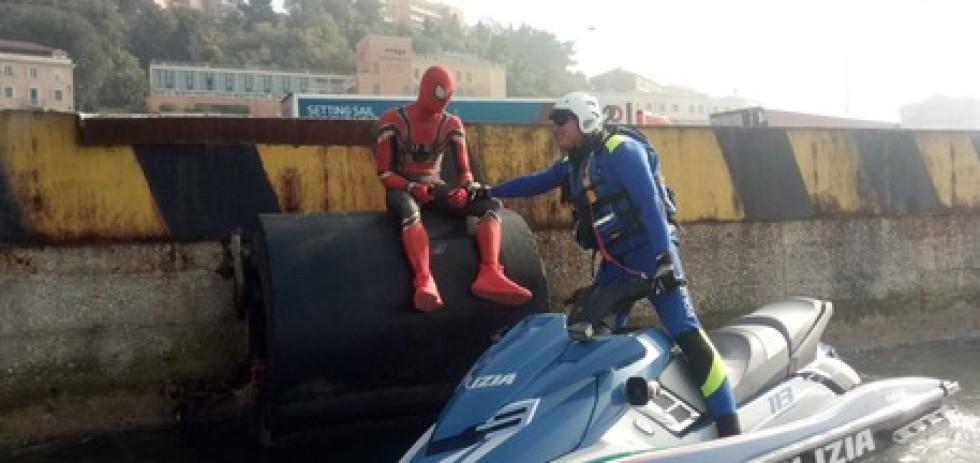 Turista 'Spiderman' ad agenti su molo, 'ho finito ragnatela'