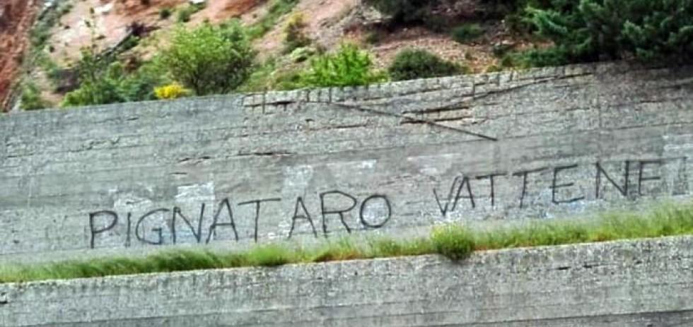 Scritta lungo la ss77 direzione mare-monti su un muro di contenimento all'altezza del lago di Caccamo